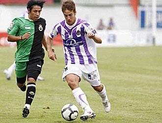 Brian Sarmiento, peleando por un balón con un jugador del Valladolid durante la pasada pretemporada