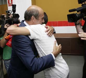 Del Nido recibi� a su jugador con un fuerte abrazo