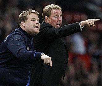 Harry Redknapp da órdenes en un partido del Tottenham.