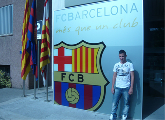 Juanfran posa como nuevo jugador del FC Barcelona