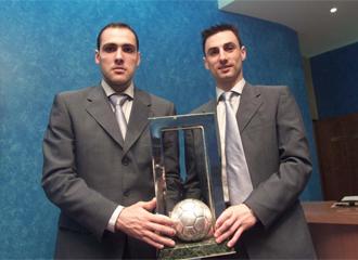 Javi Rodr�guez y Jes�s Claver�a posan con el trofeo de campeones del mundo