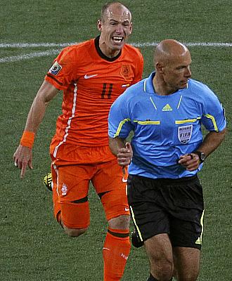 Webb es increpado por el holand�s Arjen Robben