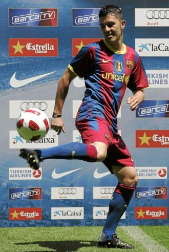 Villa toca la pelota en su presentaci�n como jugador del Bar�a.