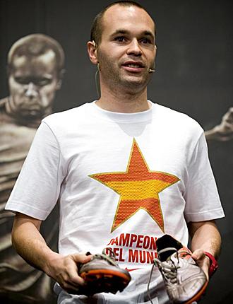 Andr�s Iniesta posa con las botas que marcaron el gol del Mundial. Otras botas que valen oro.