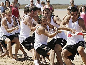 Los jugadores del Sevilla se ejercitan en la playa