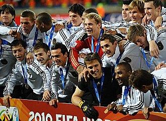 El equipo de Alemania posa con la medalla de bronce.