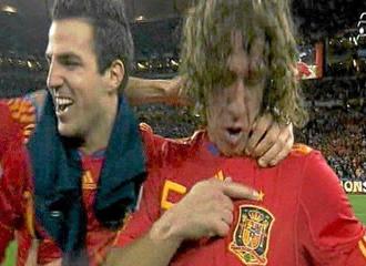 Puyol se se�ala la estrella de Campeones del Mundo.