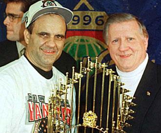 Steinbrenner con Joe Torre tras haber ganado la Serie Mundial de 1996