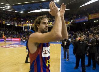 Roger Grimau saluda a la grada del Palau Blaugrana tras un encuentro de su equipo