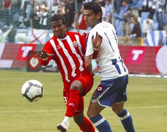 Guilherme (Almer�a), pujnado por un bal�n con Riki (Deportivo), la pasada temporada.