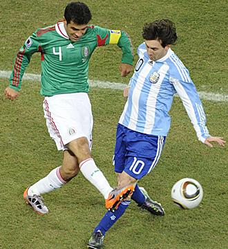 Rafa M�rquez, ante Messi, durante el partido de octavos del Mundial de Sud�frica.