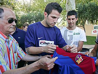 Cesc F�bregas firma una camiseta del Barcelona en su campus