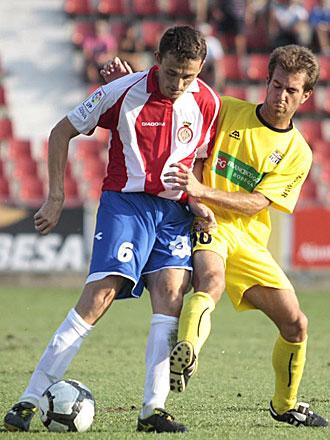 Matamala protege el balón ante Longás durante el choque entre Girona y Cartagena de la pasada temporada