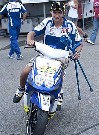 Rossi, en una scooter en el paddock de Sachsenring