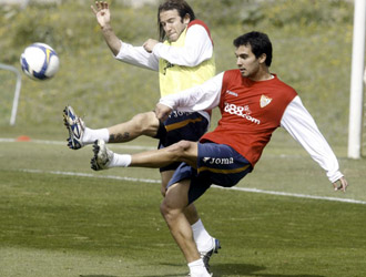 Emiliano Armenteros entrenandose con la primera plantilla del Sevilla la pasada temporada