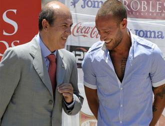 Del Nido bromea con Guarente el d�a de su presentaci�n