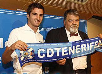 Natalio, junto a Antonio Padr�n, en su presentaci�n como nuevo jugador del Tenerife