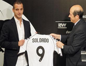 Roberto Soldado con la camiseta del Valencia el d�a de su presentaci�n