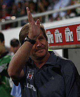 Schuster saluda a la afici�n en los proleg�menos del partido ante el Besiktas