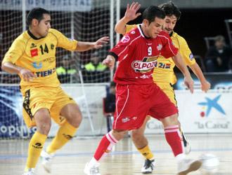 Vinicius desaciendose de dos jugadores en la pasada temporada de la Liga Marca jugando con ElPozo Murcia