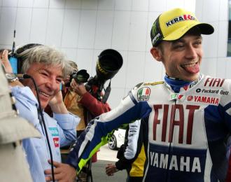 Valentino Rossi bromea con �ngel Nieto en un gran premio