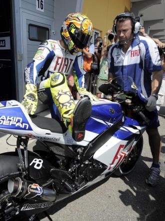 Valentino Rossi, subiéndose de nuevo a su Yamaha M1