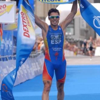 Gomez Noya celebra la victoria en el campeonato de mundial de Hamburgo