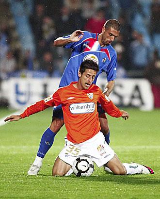 Javi L�pez, presionado por Cellestini, durante el Getafe-M�laga de la pasada temporada