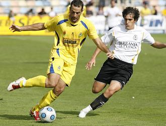 Borja G�mez puga por un bal�n durante el partido ante el Conquense.