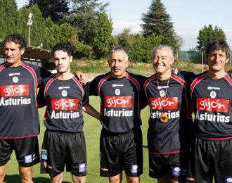 El entrenador del Sporting, Manolo Preciado, con todo su cuerpo t�cnico en el stage de pretemporada del conjunto asturiano
