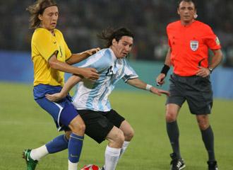 Leiva pugna un bal�n con Messi durante un Argentina-Brasil
