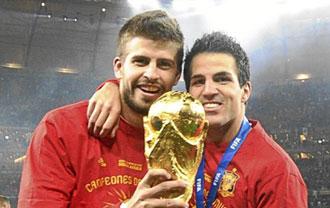 Cesc con su amigo del Bar�a Gerard Pique durante la celebraci�n del Mundial
