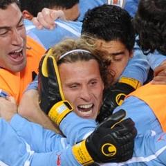 Forl�n es abrazado por sus compa�eros de selecci�n tras marcar un gol en el �ltimo mundial