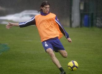 Filipe Luis golpea la pelota en un entrenamiento con el Depor.
