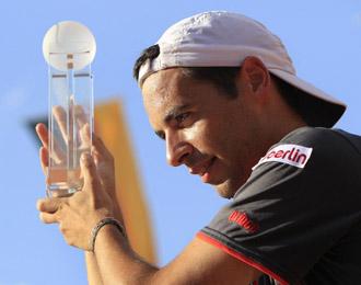 Albert Monta��s alza el trofeo del torneo de Stuttgart
