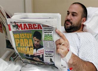 Manolo Mart�nez lee el MARCA poco despu�s de salir del quir�fano tras su problema con el tend�n de Aquiles