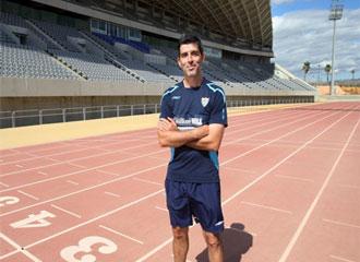 El ex entrenador del M�laga, Juan Ram�n M��iz, posa en la pista de atletismo sobra la que los malacitanos a�n podr�n correr