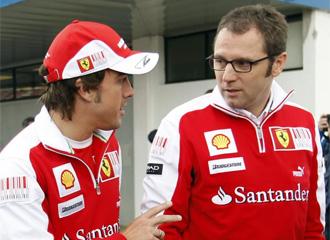 Domenicali charla con Fernando Alonso.