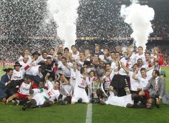 El Sevilla celebra sobre el c�sped del Camp Noy la �ltima edici�n de la Copa del Rey.