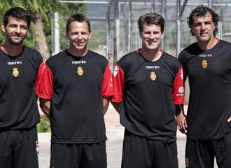 El entrenador del Mallorca, Michael Laudrup con su cuerpo t�cnico para la temporada 2010/2011