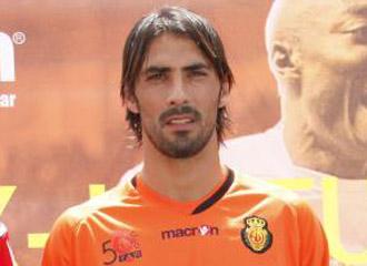 El portero del Mallorca Aouate en el d�a de la presentaci�n de las nuevas camisetas para la temporada 2010/2011