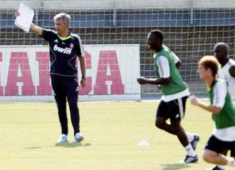 Mourinho dirige un entrenamiento.