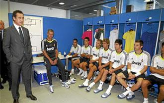 Jorge Valdano, junto a Mourinho, mantiene una charla con los jugadores del Castilla