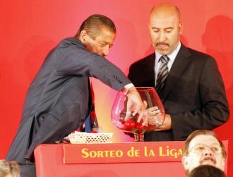 Manuel Vega-Arango, en el momento de extraer una bola durante el sorteo.