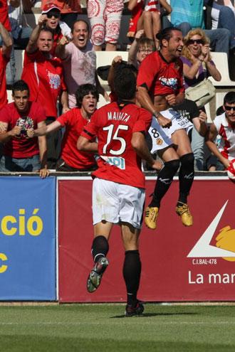 José Mari celebra un gol logrado en el Nou Estadi