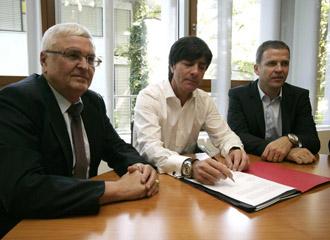 Joachim L�w firma el contrato de renovaci�n en presencia del Presidente de kla Federaci�n germana (DFB),Theo Zwanziger, y el director t�cnico de la DFB Oliver Bierhoff.