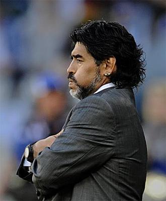 Maradona resopla en el partido frente a Alemania.