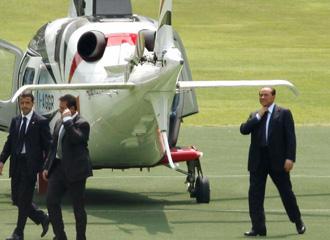 Berlusconi a su llegada en helicoptero.