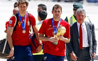 El presidente de la federaci�n junto a Casillas y Llorente justo despu�s de regresar de Sud�frica