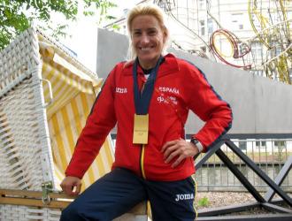 Marta Dom�nguez posa con su medalla tras el Mundial de Berl�n.